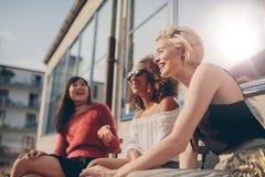 Группа в составе женские друзья имея потеху outdoors Стоковая Фотография