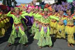 Группа в составе женщина в красочных костюмах кокоса участвовала в танцах улицы Стоковое Изображение