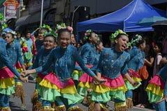 Группа в составе женщина в красочных костюмах кокоса участвовала в танцах улицы Стоковые Изображения RF