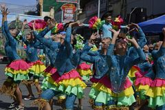 Группа в составе женщина в красочных костюмах кокоса участвовала в танцах улицы Стоковые Фотографии RF