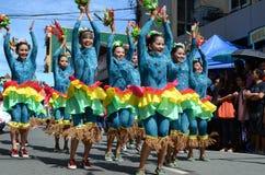 Группа в составе женщина в красочных костюмах кокоса участвовала в танцах улицы Стоковые Фото