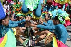 Группа в составе женщина в красочных костюмах кокоса участвовала в танцах улицы Стоковая Фотография RF