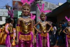 Группа в составе женщина в красочных костюмах кокоса участвовала в танцах улицы Стоковые Изображения