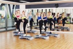 Группа в составе женщины, аэробика шага в фитнес-клубе Стоковые Фотографии RF