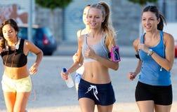Группа в составе женщины бежать в парке Стоковая Фотография RF