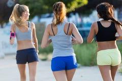 Группа в составе женщины бежать в парке Стоковое Изображение RF