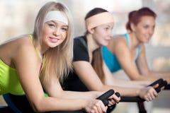 Группа в составе женщины велосипедиста в спортзале Стоковая Фотография
