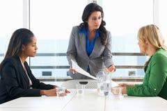 Группа в составе женщины встречая в офисе Стоковые Изображения RF
