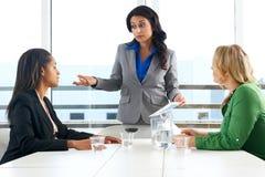 Группа в составе женщины встречая в офисе Стоковые Изображения