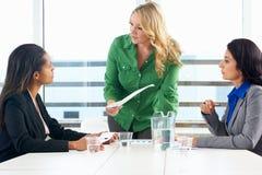Группа в составе женщины встречая в офисе Стоковая Фотография