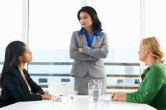Группа в составе женщины встречая в офисе Стоковое фото RF