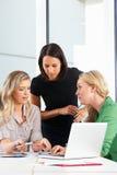 Группа в составе женщины встречая в офисе Стоковое Изображение