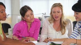 Группа в составе женщины встречая в творческом офисе видеоматериал