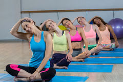 Группа в составе женщины выполняя йогу Стоковое Изображение
