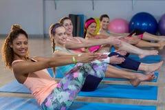 Группа в составе женщины выполняя йогу Стоковая Фотография RF