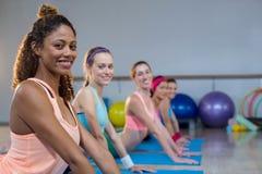 Группа в составе женщины выполняя йогу Стоковые Фотографии RF