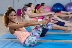 Группа в составе женщины выполняя йогу Стоковое Изображение RF