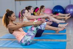 Группа в составе женщины выполняя йогу Стоковые Изображения RF