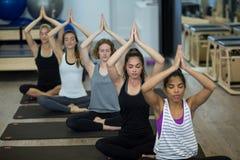 Группа в составе женщины выполняя йогу Стоковые Фото