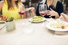 Группа в составе женщины в ресторане Стоковая Фотография RF