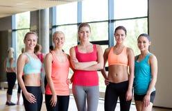 Группа в составе женщины в спортзале Стоковые Фотографии RF