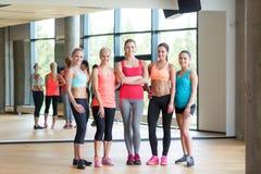 Группа в составе женщины в спортзале Стоковая Фотография RF