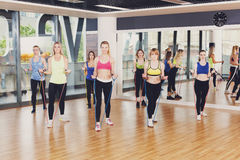 Группа в составе женщины в фитнес-клубе с диапазоном сопротивления Стоковые Изображения