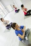 Группа в составе женщины делая йогу Стоковая Фотография RF