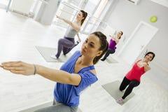 Группа в составе женщины делая йогу Стоковые Изображения
