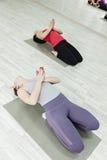 Группа в составе женщины делая йогу Стоковая Фотография