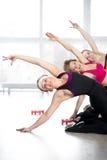 Группа в составе женщины делая тренировку фитнеса в классе Стоковая Фотография