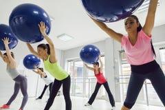Группа в составе женщины делая Pilates Стоковые Фотографии RF