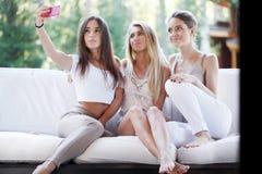 Группа в составе женщины делая selfie Стоковые Фото