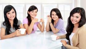 Группа в составе женщины имея время качества совместно стоковое изображение rf