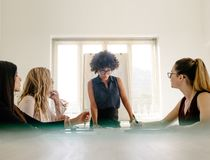 Группа в составе женщины имея встречу в зале заседаний правления стоковые изображения rf