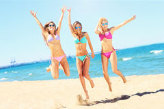 Группа в составе женщины имея потеху на пляже Стоковое Изображение