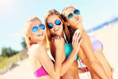 Группа в составе женщины имея потеху на пляже Стоковая Фотография RF
