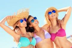 Группа в составе женщины имея потеху на пляже Стоковое Фото