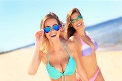 Группа в составе женщины имея потеху на пляже Стоковое фото RF