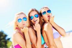 Группа в составе женщины имея потеху на пляже Стоковые Изображения