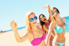 Группа в составе женщины имея потеху на пляже Стоковые Фото
