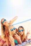 Группа в составе женщины имея потеху на пляже Стоковая Фотография