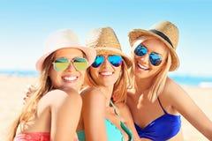 Группа в составе женщины имея потеху на пляже Стоковые Фотографии RF
