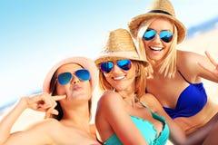 Группа в составе женщины имея потеху на пляже Стоковое Изображение RF
