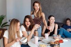 Группа в составе женщины в кухне Стоковая Фотография