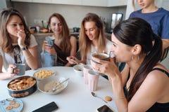 Группа в составе женщины в кухне Стоковые Фотографии RF