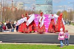 Группа в составе женщины в национальных костюмах танцует русские танцы Стоковая Фотография