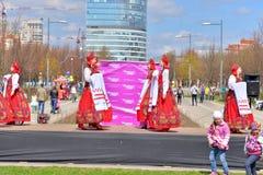 Группа в составе женщины в национальных костюмах танцует русские танцы Стоковое фото RF