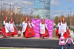 Группа в составе женщины в национальных костюмах танцует русские танцы Стоковое Фото