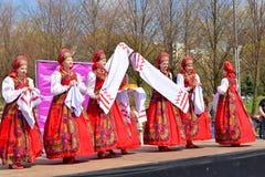 Группа в составе женщины в национальных костюмах танцует русские танцы Стоковое Изображение RF